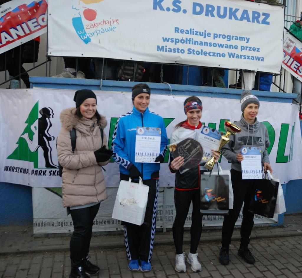 Zwycięzcy biegu na 1,8 km z radną K. B. Olszewską, przewodniczącą Komisji Sportu Rady Dzielnicy Praga-Południe