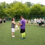 Puchar za II miejsce odbiera kapitan z drużyny z Falenicy