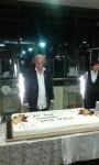 Jubilat dzieli urodzinowy tort